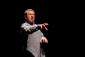Gilbert Ponté nous offre un seul en scène rare, une forme de narration-théâtre