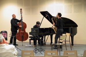 Thibaud Soulas (contrebasse), Vincent Le Quang (saxophone), Bruno Ruder (piano) © DR.