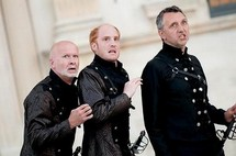 "Jean-Luc Revol, Antoine Cholet, Philippe Torreton dans ""Hamlet"" © Andy Parant"