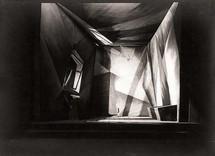 """Décor de la chambre de Raskolnikov, créés pour """"Crime et châtiment"""" d'après Dostoïevski © DR."""