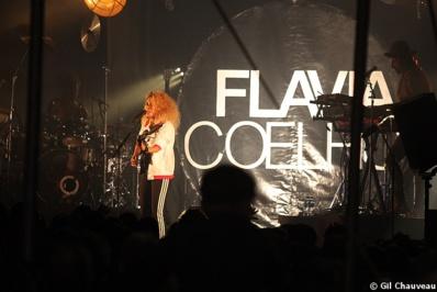 Flavia Coelho sur la scène du Cabaret Michel Tonnerre, vendredi 2 août © Gil Chauveau.