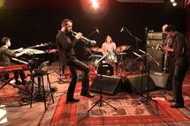 Leandro Aconcha (piano et claviers), Sylvain Gontard (trompette), Jean My Truong (batterie), Irving Acao (saxophones), Pascal Sarton (basses) © La Seine TV.