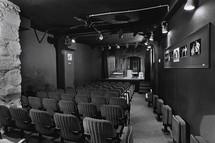 Intérieur du Théâtre de la Huchette (salle et scène) © Philippe Fresco, BnF, dpt des Arts du spectacle.