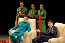 De gauche à droite : Alfred Kim (Mao), Franco Pomponi (Richard Nixon), Sophie Leleu, Alexandra Sherman, Rebecca de Pont Davies (les trois secrétaires de Mao) © Marie-Noëlle Robert/Théâtre du Châtelet.
