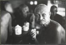 """Ba Hai, photo """"Les 500 buveurs de thé"""", village de Zhuge, 2006, projection numérique © DR."""