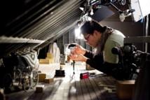 Matias Liebrecht, animateur, mettant en place Victor dans le grenier © Leah Gallo/2011 Disney Enterprises, Inc.