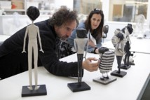 Tim Burton et Allison Abbate (coproductrice) dans l'hôpital des marionnettes © Leah Gallo/2012 Disney Enterprises, Inc.
