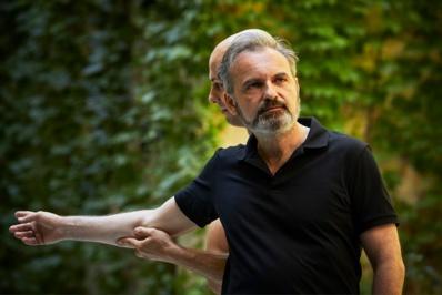 """Scali Delpeyrat et Alexander Vantournhout dans """"La Rose en céramique"""", Festival d'Avignon 2018 © Christophe Raynaud de Lage."""