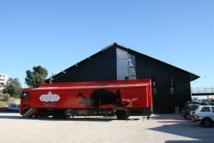 """Camion-expo """"Le Porte-Folie"""" dans l'une des cours de La Cité des Arts de la Rue, 2012 © Gil Chauveau."""