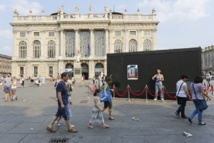 """""""The Big Movement"""" de Dries Verhoeven sur la Piazza Castello © Lorenzo Passoni."""