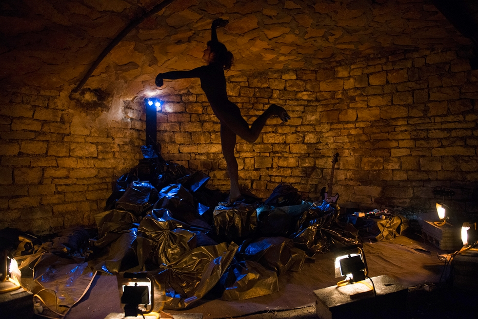 """""""Comme je suis terrain vague"""", mise en scène de Simon Vincent, avec Anaïs Marty © Patrice Forsans."""