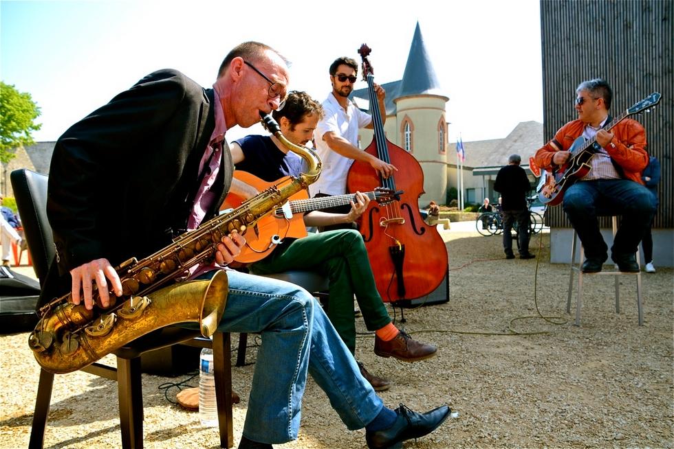 C magnigfique Orchestra sur l'esplanade de la place du bourg à Tréveneuc (22) en 2018 © Yvon Botcazou.