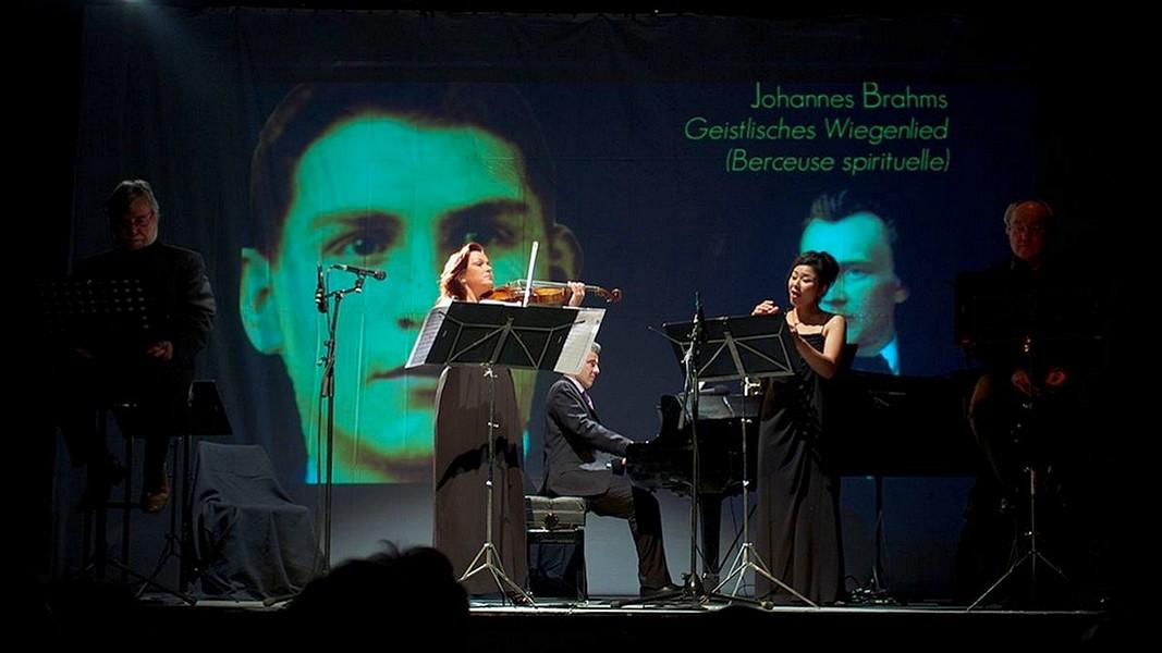 En fond, sur l'écran, le portrait de Romain Darchy © Nemo Perier Stefanovitch.