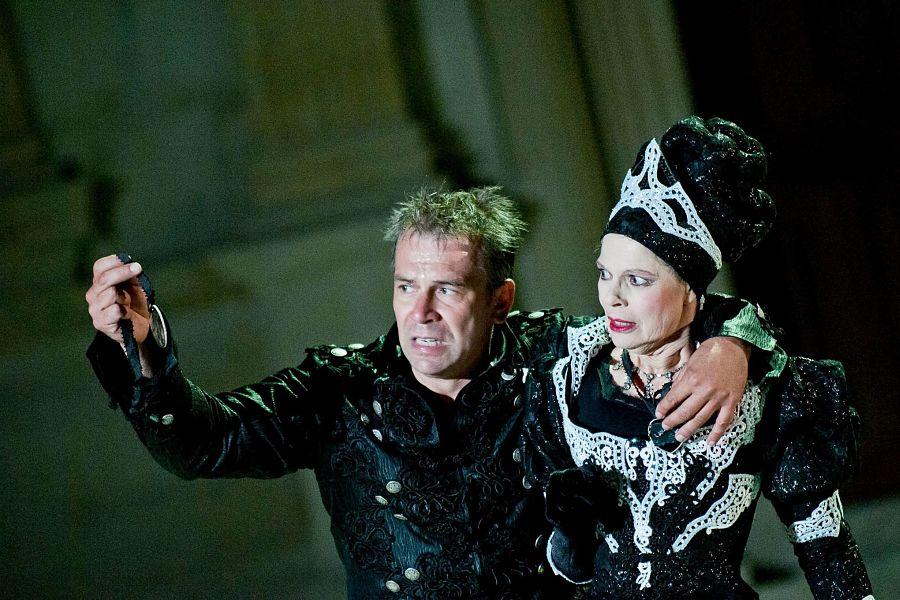 "Philippe Torreton et Catherine Salviat dans ""Hamlet"" © Andy Parant."