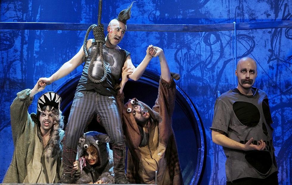 """Dans le rôle de Punch, """"Punch et Judy"""" de Sir Harrison Birtwistle, production du Nouvel Opéra de Vienne (mai-juin 2014) © Armin Bardel."""