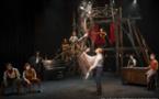 """""""Saloon""""… Une énergique et réussie version musicale et circassienne du Far West imaginée par Éloize"""